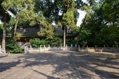 在船尾古老中国大厦前的遮荫石板庭院 免版税库存照片