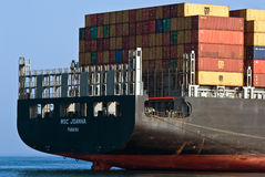 在船尾的集装箱船MSC站立在路的乔安娜 不冻港海湾 东部(日本)海 01 08 2014年 库存照片