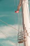 在船帆柱,蓝天的丹麦旗子在背景中 免版税库存图片