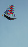 在船形状-成功的一只五颜六色的风筝 库存照片