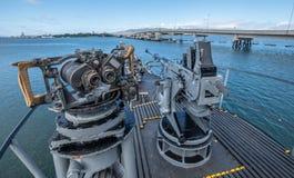 在船或潜水艇上面和枪登上的双筒望远镜 图库摄影