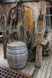 在船甲板的老木桶 免版税库存图片