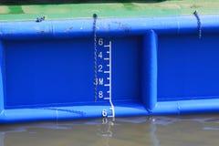 在船的吃水标 库存照片