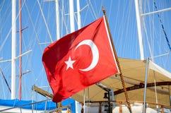 在船的土耳其旗子 库存图片