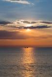 在船的日落在海洋 库存照片