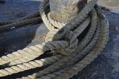 在船的老绳索 图库摄影