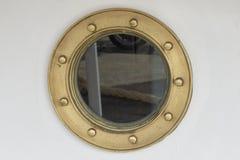 在船的舷窗-黄铜框架 免版税库存图片