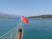 在船的鼻子的土耳其旗子 免版税库存照片