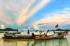 在船锚在日落, Rawai海滩,普吉岛,泰国的小船 免版税图库摄影