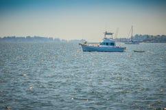 在船锚的一条体育运动垂钓小船 库存照片