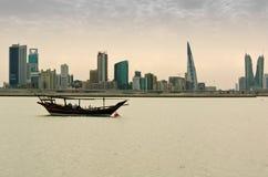 在船锚的一艘单桅三角帆船 免版税图库摄影