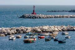 在船锚的小船在海湾和灯塔 库存图片