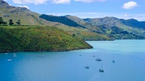在船锚的小船在Wakaraupo海湾 免版税库存照片