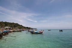 在船锚的小船谎言在安达曼海 免版税图库摄影
