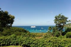 在船锚的巡航的游艇在海军部海湾 库存照片
