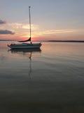 在船锚的平静的风船在日落的湖Rathbun 免版税库存图片