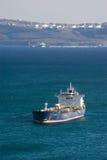 在船锚的拉普捷夫海罐车在反对油港的背景的路 不冻港海湾 东部(日本)海 06 02 2014年 免版税库存图片