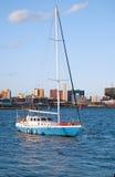 在船锚的游艇 免版税库存照片
