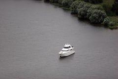 在船锚的游艇 免版税库存图片