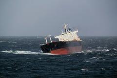 在船锚的船在风暴天气 库存图片