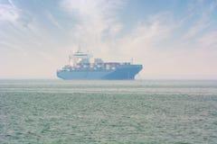 在船锚的集装箱船在乔治城,槟榔岛,马来西亚附近 图库摄影