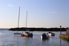 在船锚,北爱尔兰的小船 免版税图库摄影