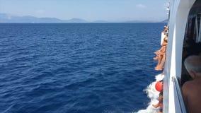 在船-爱奥尼亚海巡航的Turists 股票录像
