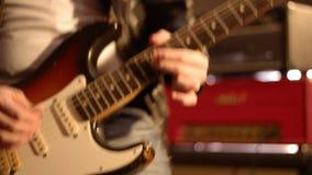 在艰苦使用在一把电吉他的一只男性手上的吉他弹奏者特写镜头 股票录像
