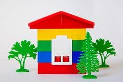在色的块外面的玩具房子在白色背景 免版税库存照片