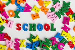 在色的木信件中的学校 免版税库存图片