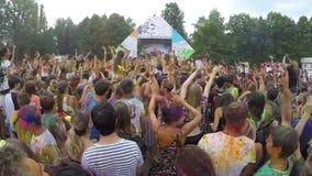 在色的油漆挥动的手上盖的人群对音乐慢mo 股票录像