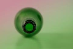 在色的照明设备的唯一酒瓶 库存照片