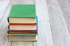 在色的盖子的四本书在桌上 库存照片