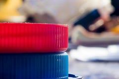 在色的背景的一个明亮的红色和蓝色盒盖 宏指令 图库摄影
