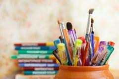 在色的背景的学校文具 库存照片