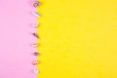 在色的背景的海壳与消极空间,顶视图 免版税库存照片
