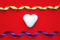 在色的背景的白色心脏以纪念情人节 免版税库存照片