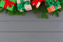 在色纸的创造性的xmas礼物盒,在书桌背景的丝带 免版税库存图片