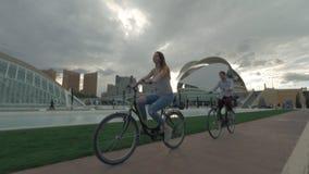 在艺术和科学城市的附近自行车乘驾在巴伦西亚,西班牙 股票录像