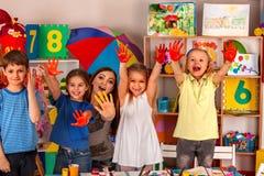 在艺术学校类的小学生女孩手指画法 免版税库存照片