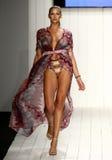 在艺术学院的时装表演期间,模型增光在设计师游泳服装的狭小通道 免版税图库摄影