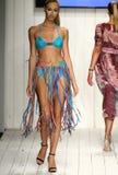 在艺术学院的时装表演期间,模型增光在设计师游泳服装的狭小通道 库存图片