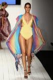 在艺术学院的时装表演期间,模型增光在设计师游泳服装的狭小通道 库存照片