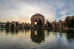 在艺术宫殿-旧金山,加利福尼亚,美国的日落 免版税库存照片