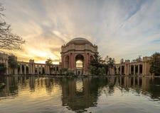 在艺术宫殿-旧金山,加利福尼亚,美国的日落 图库摄影