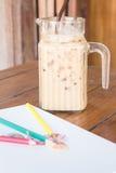 在艺术家工作表上的咖啡休息 免版税库存照片