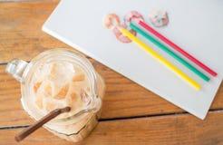 在艺术家工作表上的新咖啡休息 免版税库存图片