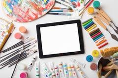 在艺术家桌上的片剂计算机 免版税库存图片