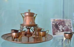 在艺术家的博物馆庄园的caricaturis铜咖啡具 库存图片