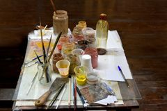 在艺术家的工作场所的五颜六色的颜色粉末颜料 库存照片